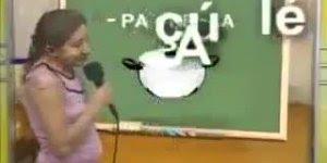 Vamos aprender a ler? -PA- pa, -NE- ne, -LA- la. Essa sabe ler, kkk!!!