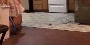 Porquinho e filhotinhos de avestruz correndo dentro de casa!!!