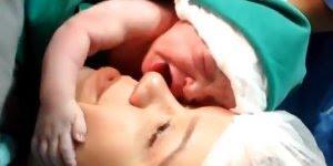 Bebê acaba de nascer e abraça o rosto de sua mãe, e ai de quem tentá-lo tirar...