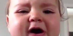 Bebê chorando e fazendo beicinho, que coisa mais fofa, confira!