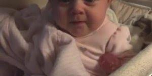 Bebê chorando percebe a câmera e para na hora de chorar, muito fofo!