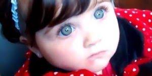 Bebê com os azuis que se parecem de mentira de tão lindos!!!