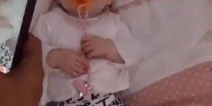 Bebê com sua chupeta laranja, olha só que rostinho mais fofinho!!!