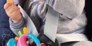 Bebê comendo com os olhinhos fechados de sono, é muita fofura!!!