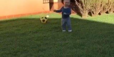 Bebê dançando Despacito no quintal, comemorando a sexta-feira!