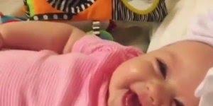 Bebê dando gargalhadas, olha só que lindinha gente, impossível não se apaixonar!