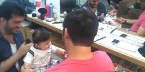 Bebê dando risada ao cortar o cabelo, veja que fofinho mais lindo!