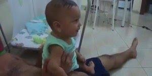 Bebê dando risadas quando ouve a voz do Tiririca, é muito engraçadinho!!!