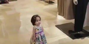 Bebê dando uma voltinha pelo shopping, veja como ela anda tranquilamente!!!