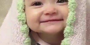 Bebê fazendo carinhas super fofas, impossível não amar!