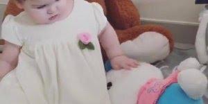 Bebê linda brincando com seus brinquedinhos, olha só que fofura!!!
