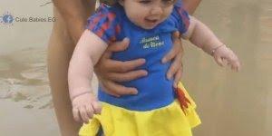 Bebê linda brincando na praia, não dá vontade de apertar essa gostosura?