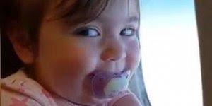 Bebê linda dando as risadinhas mais gostosas no avião, olha só que fofa!!!