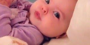 Bebê linda fazendo barulhinho com a boquinha, olha só que fofura!!!