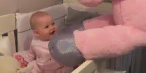 Bebê recebendo a visita de seu Ponei rosa, que coisa mais linda!