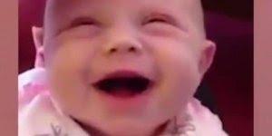 Bebê recebendo carinho e viajando, todo mundo adora um chamego!
