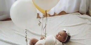 Bebê se divertindo com balões amarrados nos braços e perna!