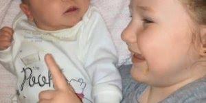 Bebê tão adorável, mas no final faz algo não tão legal hahaha!