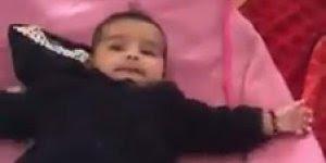 Bebê tentando imitar o que o papai faz com a boca, que coisa fofa!