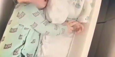 Bebê tirando uma soneca no avião, olha só que caminha incrível!!!
