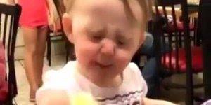 Bebês experimentando alimentos azedos, que carinhas mais lindas!