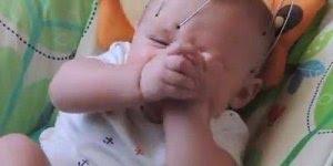 Bebês felizes por ganhar massagens, que coisas mais fofinhas!
