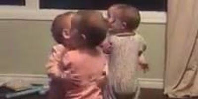 Bebês se abraçando para desejar feliz natal, que coisa mais fofa!