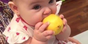 Bebezinha chupando limão, olha a careta que ela faz, muito fofa!!!