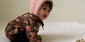 Bebezinha linda brincando com a mamãe, olha só que fofinha!!!