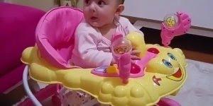 Bebezinha linda imitando o papai! Eles sempre se espelham nos pais!!!