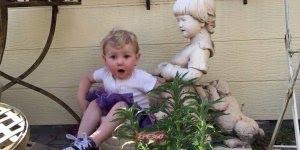 Criança linda caindo no vaso de flor, ela até parece uma flor!