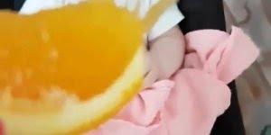 Experimentando uma laranja pela primeira vez, que fofura!
