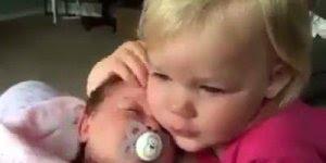 Garotinha diz que ama muito o seu irmão bebê, veja que lindo!
