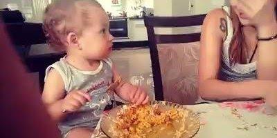 Mãe finge que está triste para bebê e a reação dele é muito engraçada!