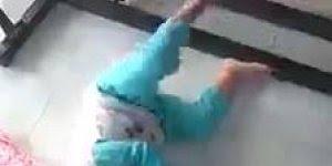 Nunca deixe uma criança com celular na mão balançar o bebê na rede hahaha!