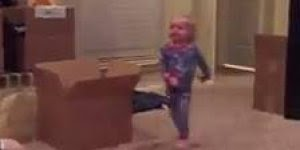 Bebê impedindo o papai de tocar chacoalho, para rir muito hahaha!
