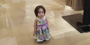 Criança andando pelo Shopping como se fosse gente grande, confira!