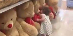 Criança beija todos ursinhos de pelúcia - O amor inocente é lindo!
