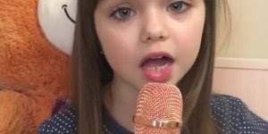 Criança cantando musica com microfone, ela é muito linda, confira!