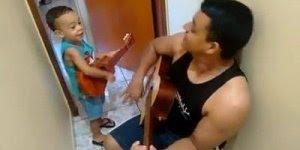 Criança cantando Quem É Esta Que Avança, que coisa mais linda!