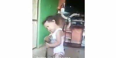 Criança cantando sofrência e dançando com um cachorro, para rir muito!