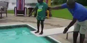 Criança com medo de pular na água, a perninha dele treme muito, que dó!!!