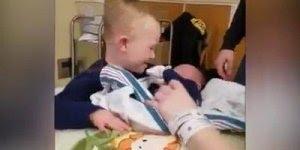 Criança com síndrome de Down conhecendo seu irmão recém nascido, muito lindo!