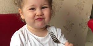 Criança comendo com garfo, ela parece uma princesa, confira!