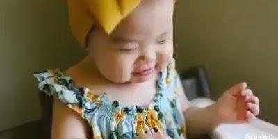 Criança comendo melancia, que cena mais gostosa e fofa de ver!