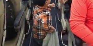 Criança cumprimenta todo mundo dentro do avião, que simpatia!