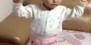 Criança dançando com vaso na cabeça, quanto equilíbrio hein?