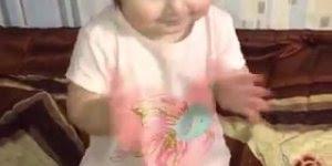 Criança dançando, que menina mais linda, confira e compartilhe!