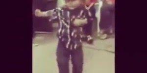 Criança dançando sertanejo sozinho, com chapéu na cabeça, ele não esta nem ai!