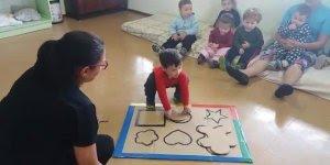 Criança de 1 ano e 8 meses em atividade para estimular reconhecimento!
